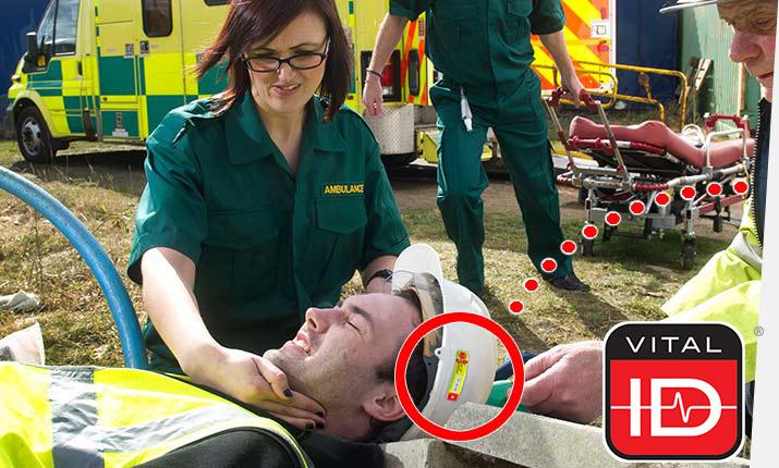 Ersthelfer helfen einem Verletzten